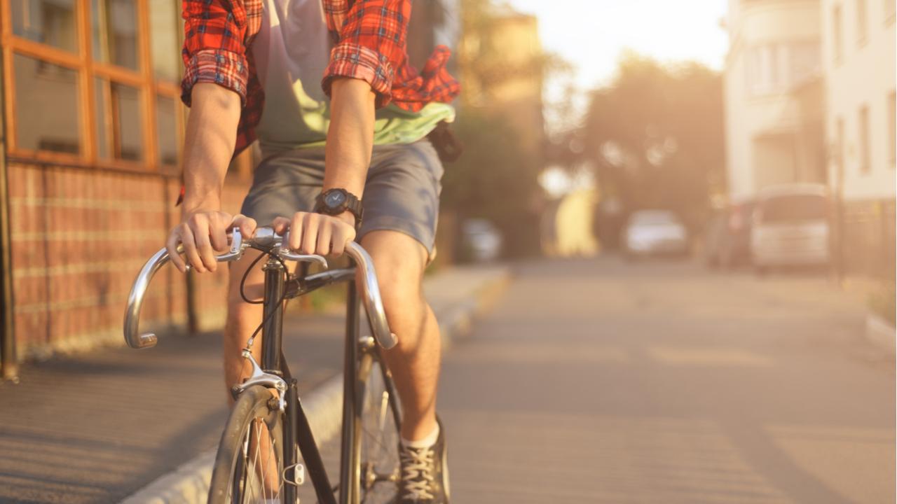 joven manejando bicicleta por la calles