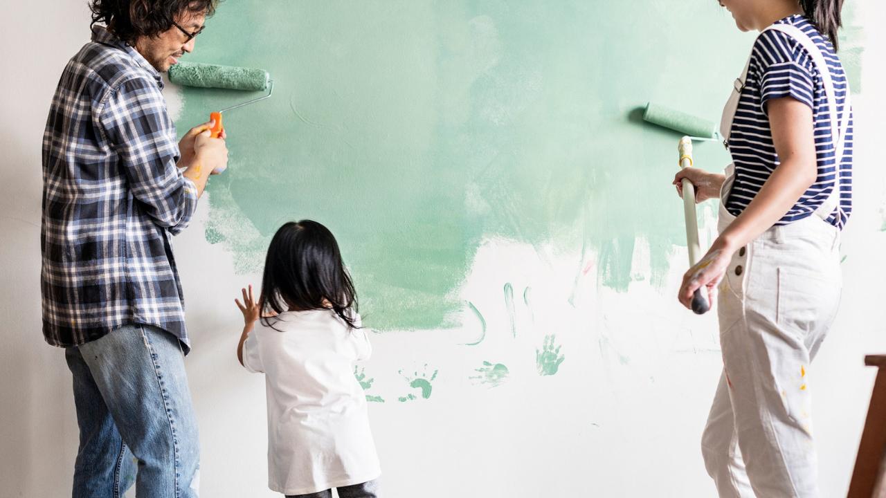 familia pintando interiores de casa