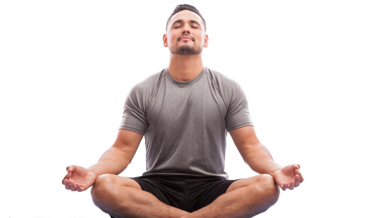 hombre meditando con ojos cerrados