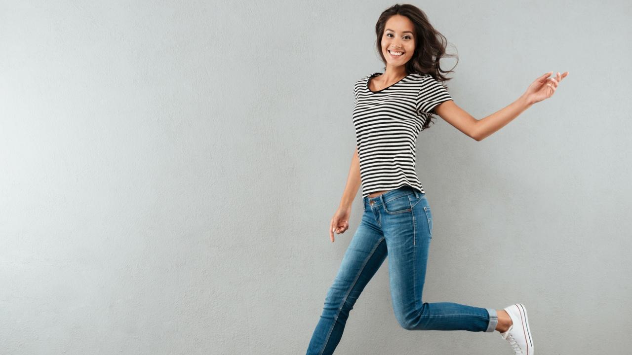 mujer saltando con energía