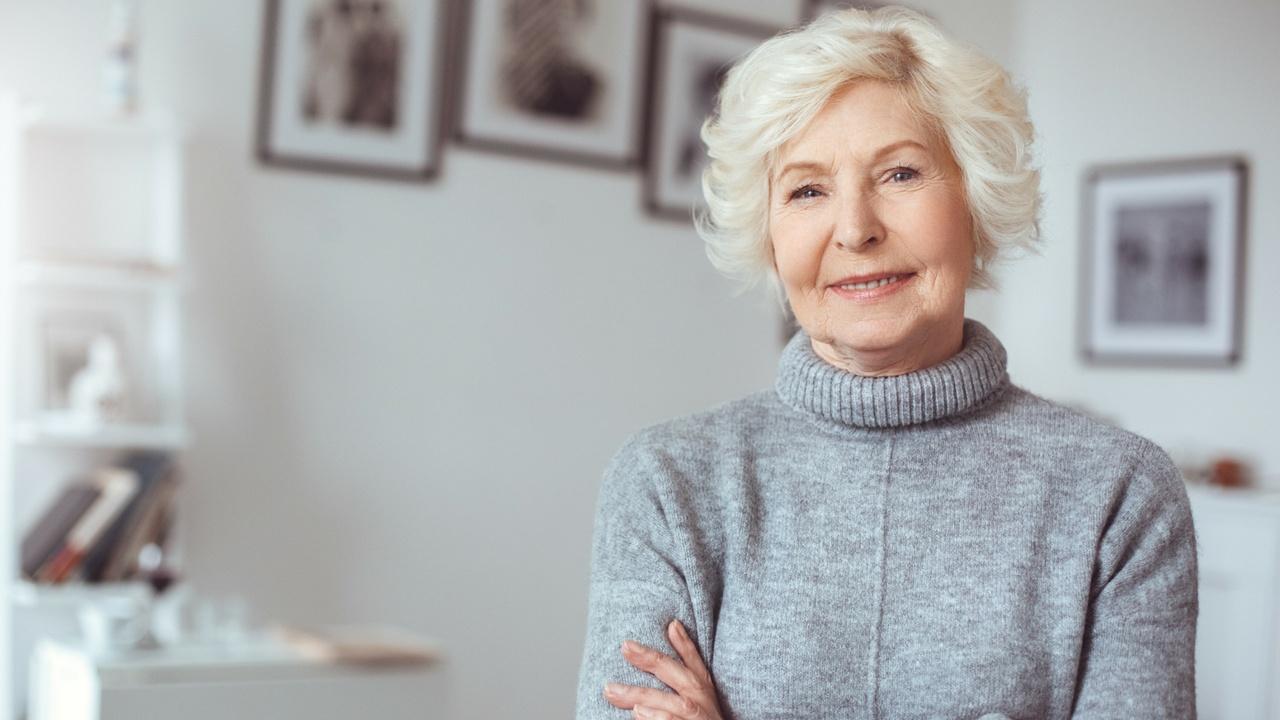 vitamina b12 beneficios, mujer mayor sonriendo,