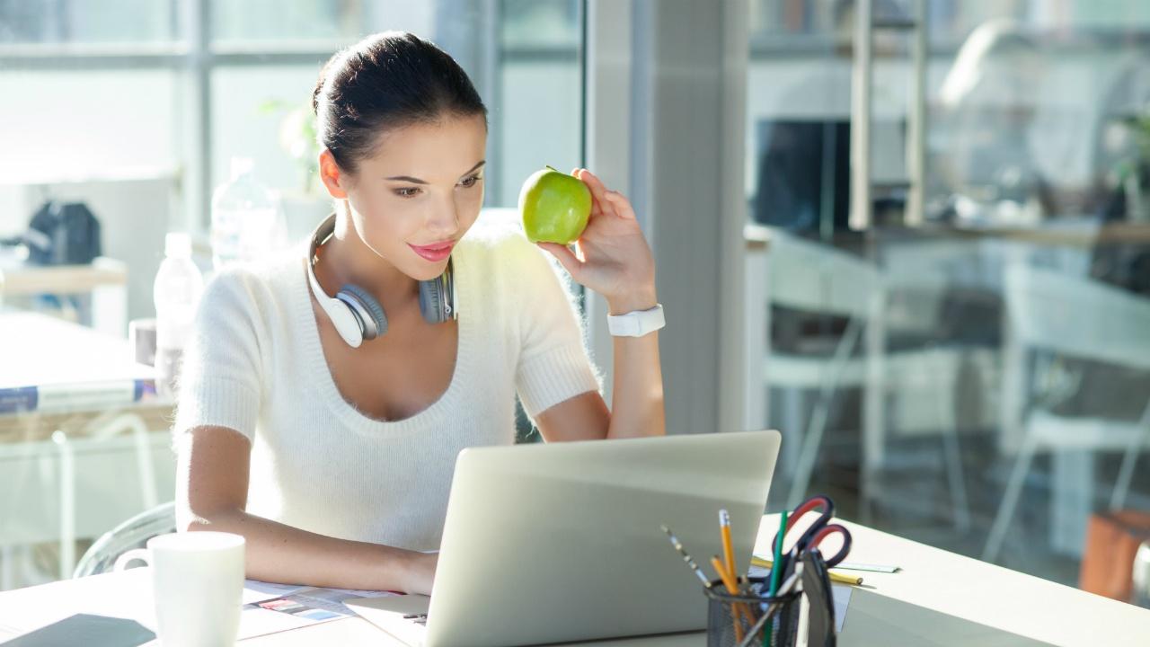 mujer joven comiendo fruta