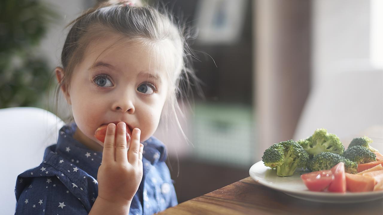 niña comiendo sus verduras