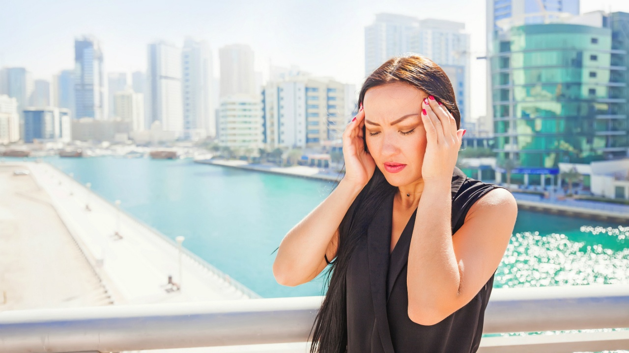 mujer con fuerte migraña
