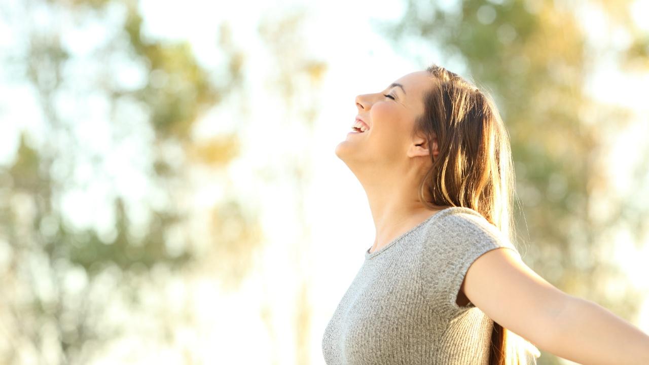 mujer respirando feliz