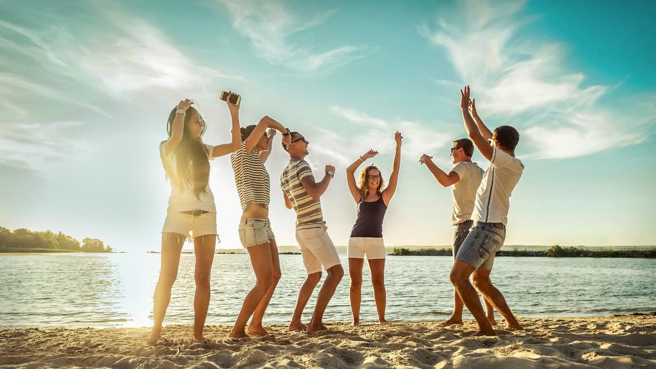 grupo de amigos en la playa de dia