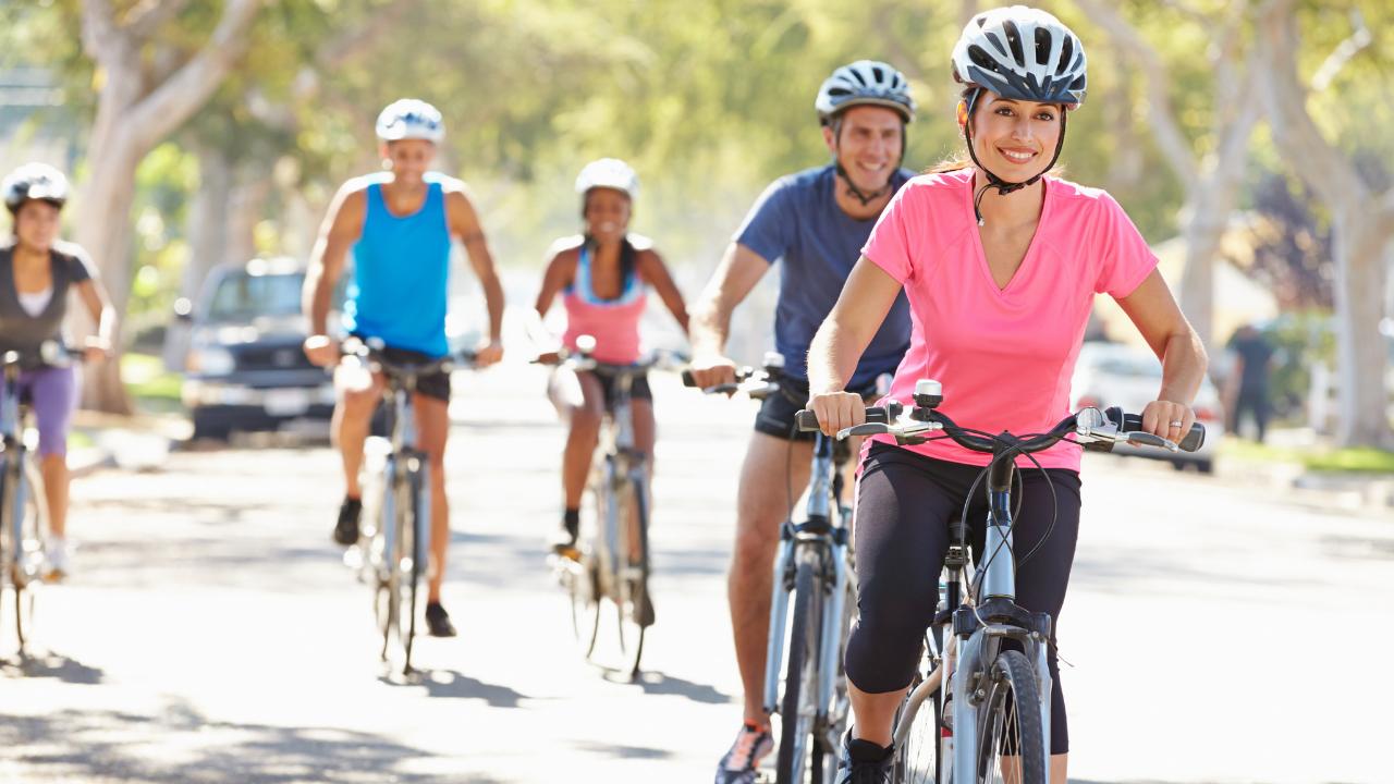 amigos montando bicicleta juntos