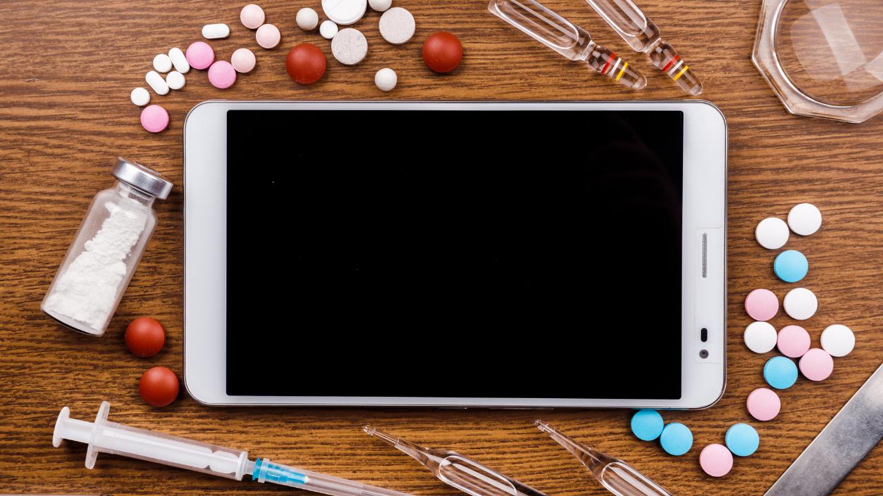medicamentos al rededor de una tablet