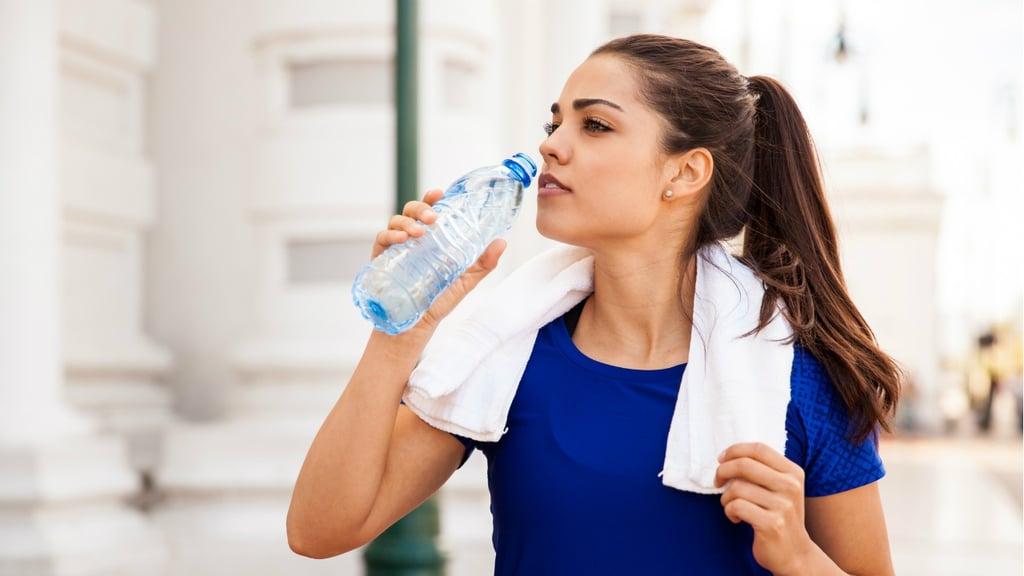 mujer tomando botella de agua