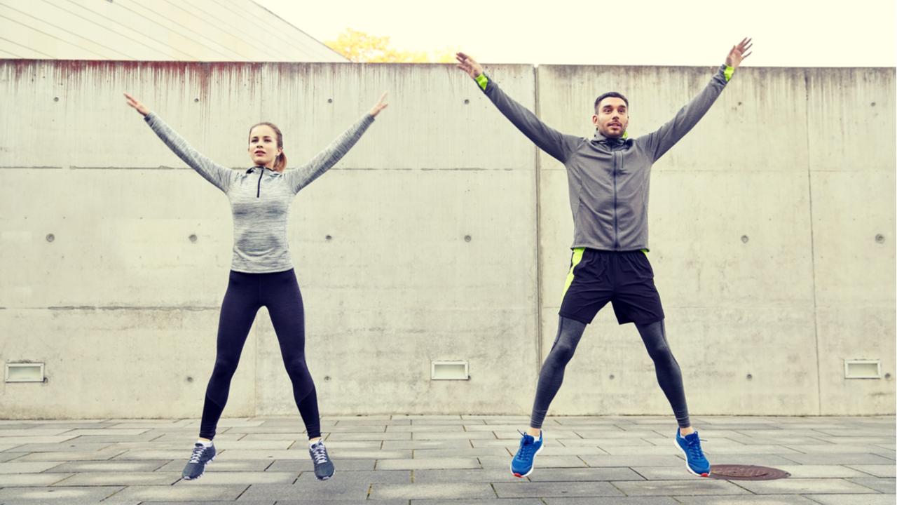 pareja realizando saltos de tijera