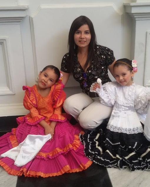 cecilia acompañada de sus hijas