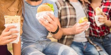 ¿Cuáles son las causas del consumo de comida chatarra?