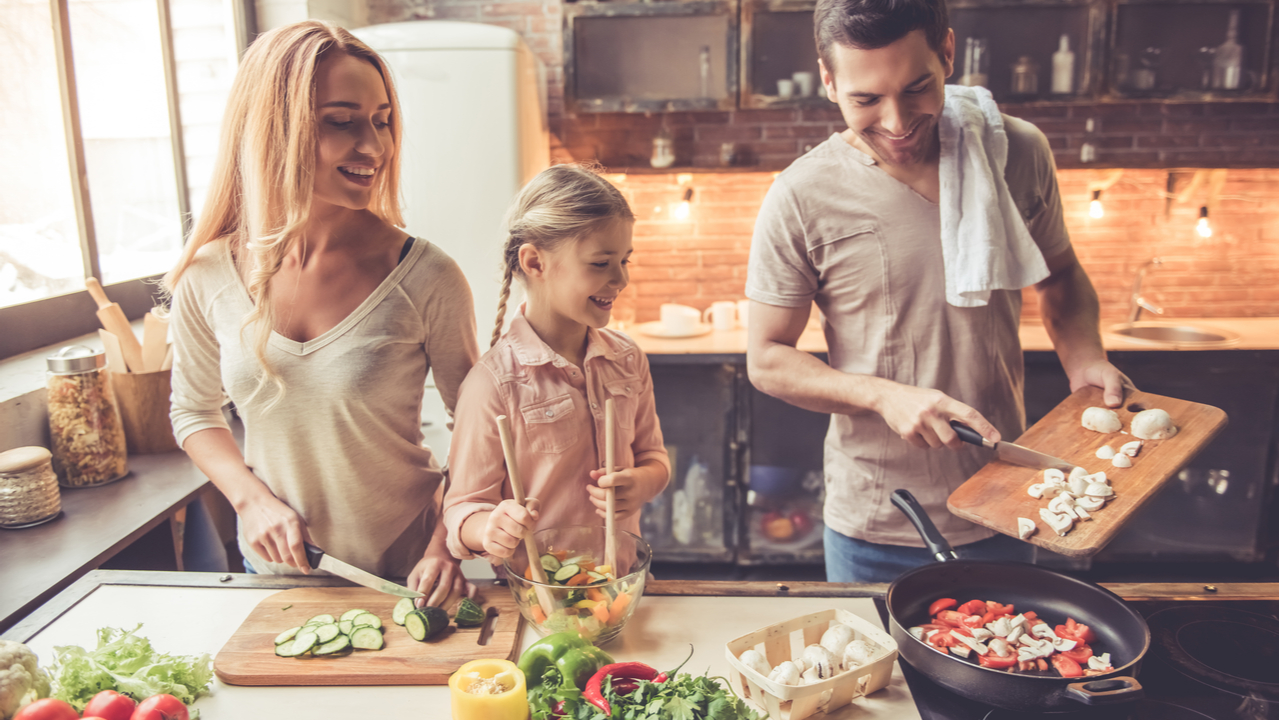 familia cocinando alimentos saludables