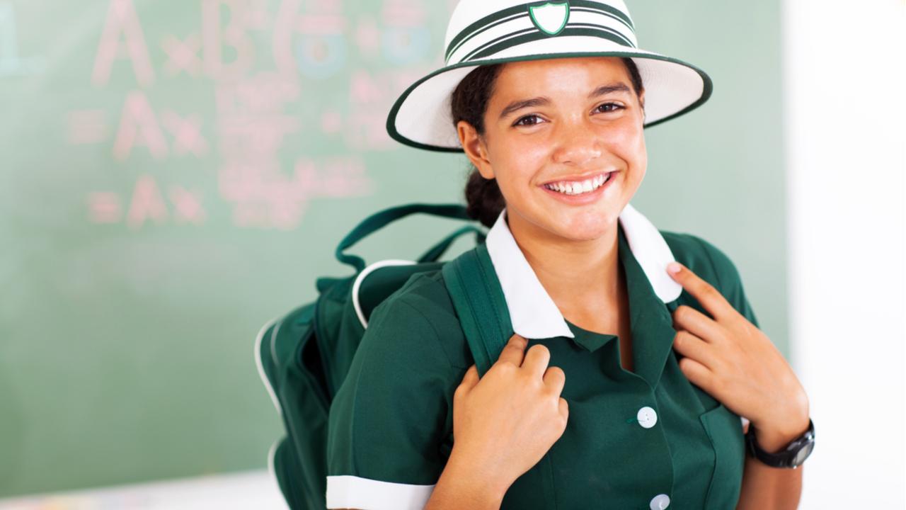 niña con un sombrero y uniforme escolar