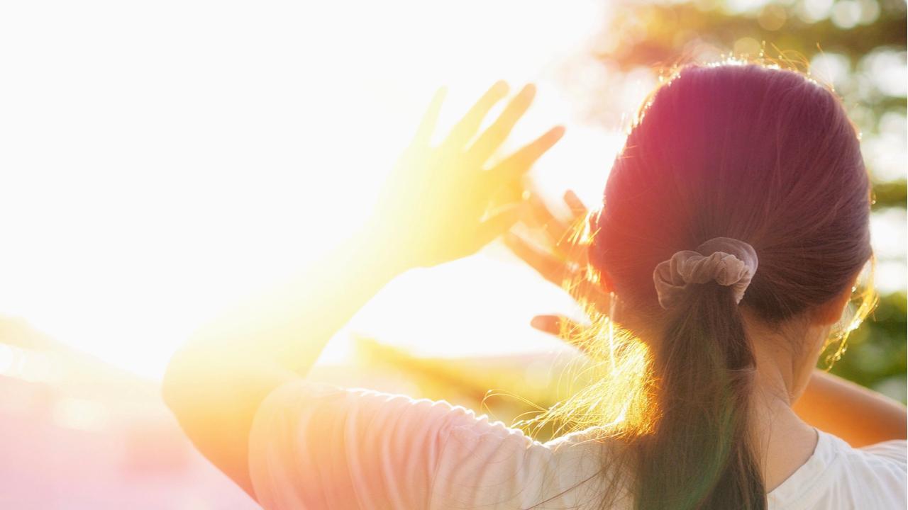 mujer cegada por la luz solar