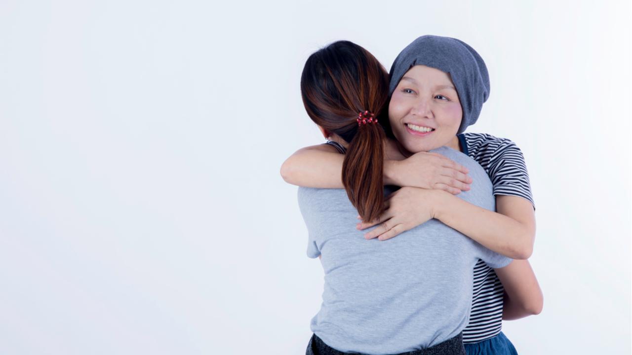 mujer abrazando a una paciente con cancer