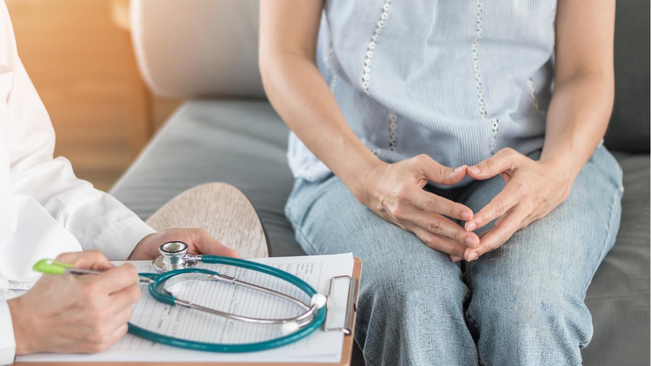 mujer en cita ginecologica con doctor