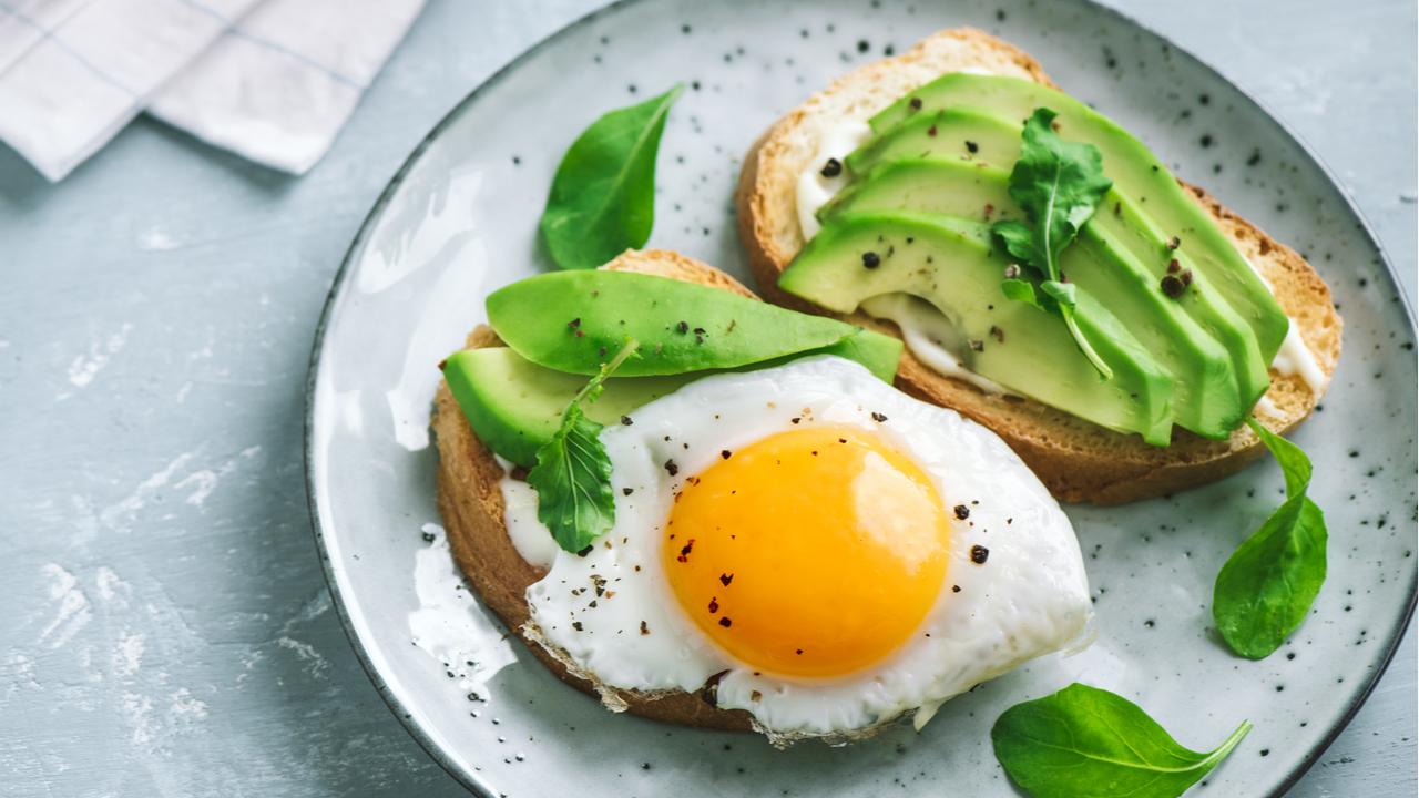 desayuno de pan integral huevo y palta