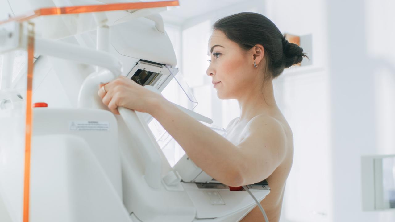 mujer se hace examen de mama