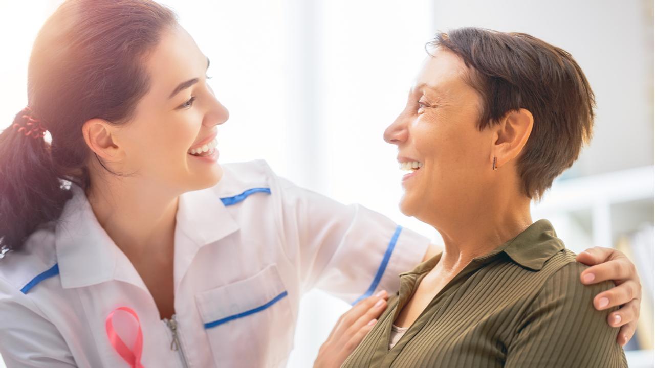 mujer en consulta con doctora