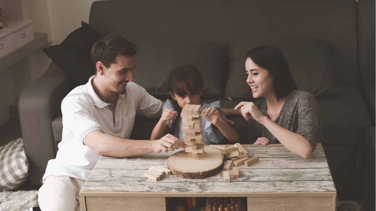 familia jugando jenga en casa