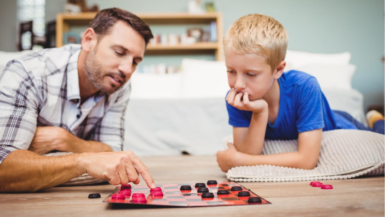padre e hijo jugando damas