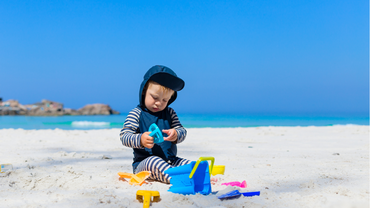 bebe jugando en la playa
