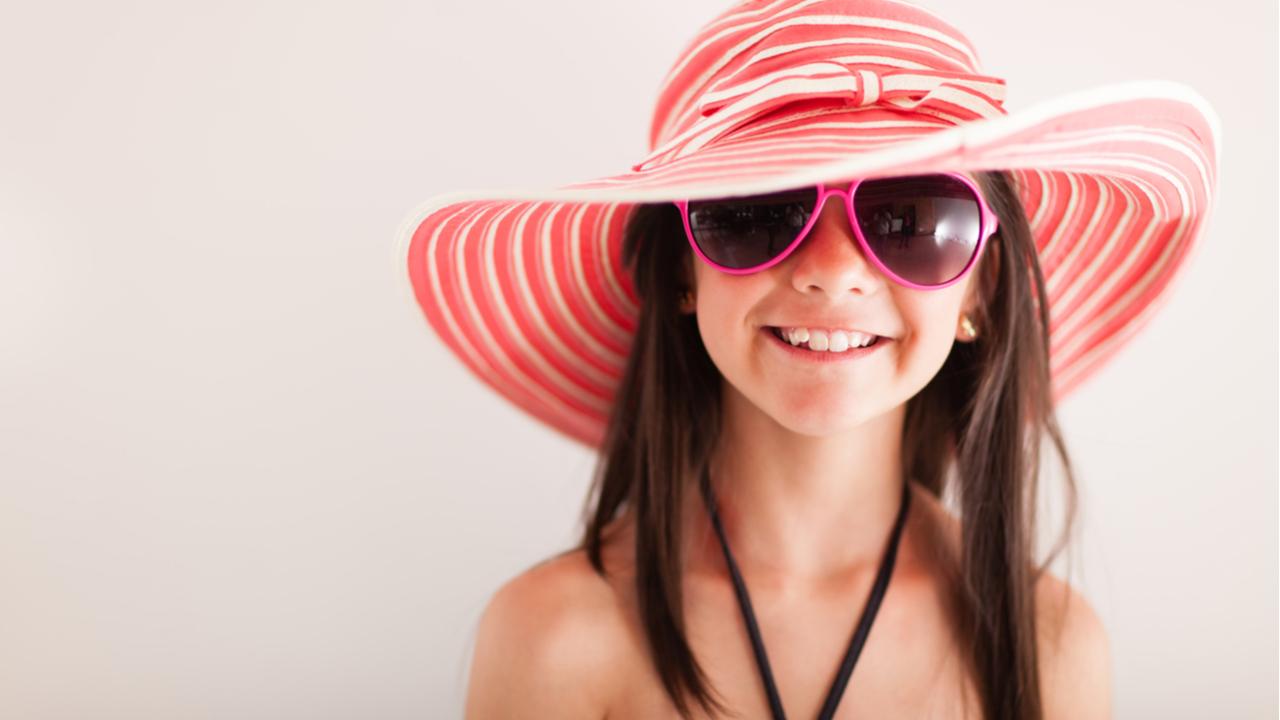 niña alegre con sombrero de playa