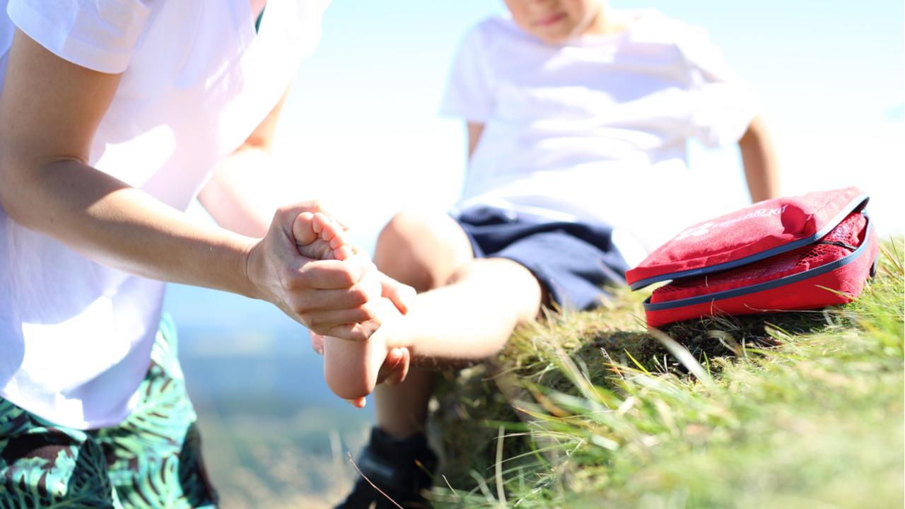 padre vendando pie de su hijo pequeño