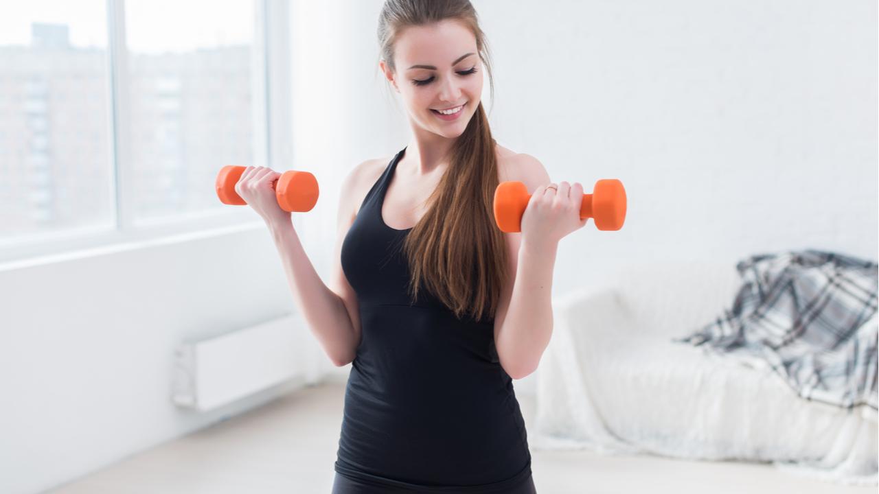mujer haciendo ejercicio de biceps