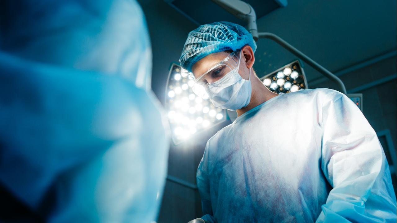 medicos en plena cirugia