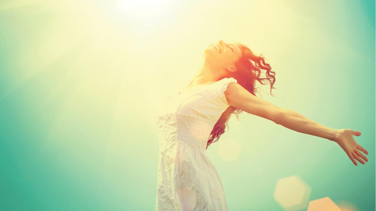 mujer feliz bajo el sol