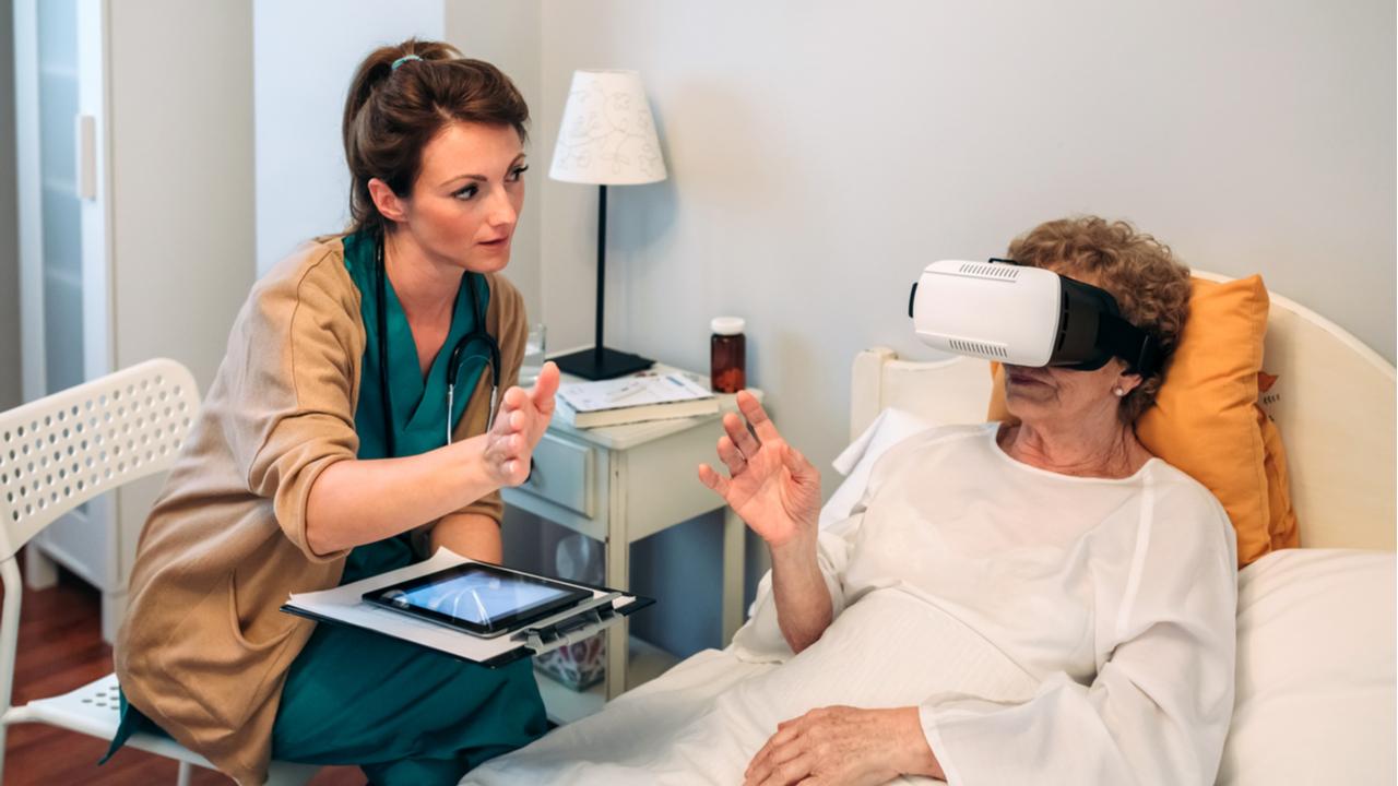 mujer mayor con lentes de realidad virtual