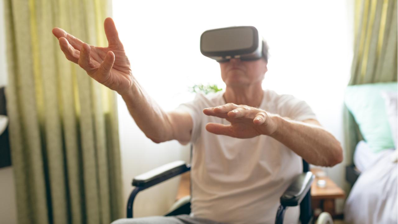 hombre mayor con lentes de realidad virtual