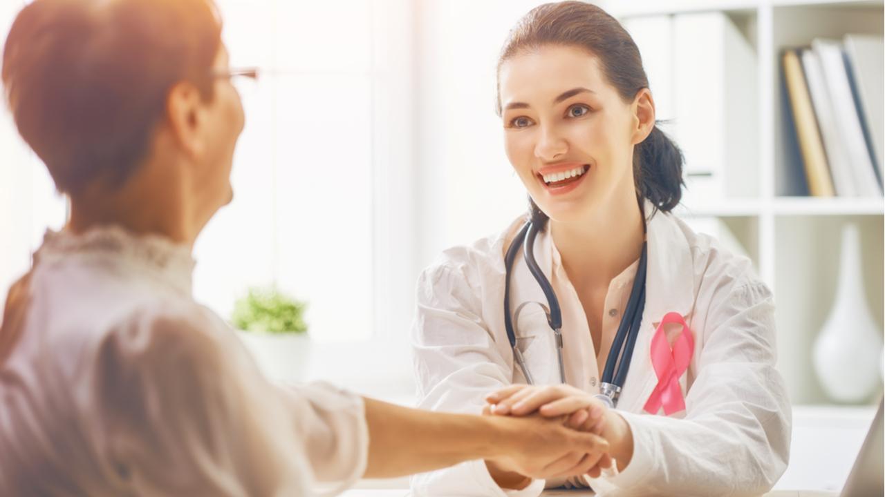 doctora y paciente sonriendo