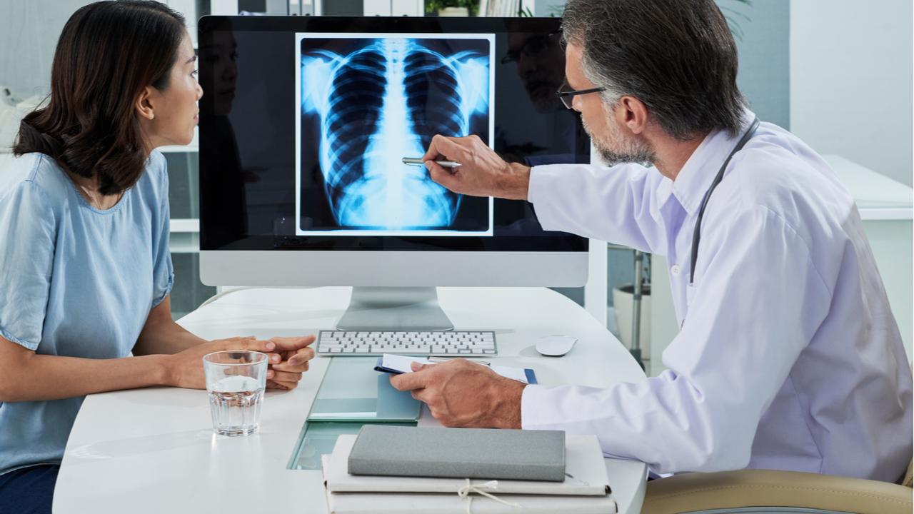 doctor mostrando resultados medico a paciente