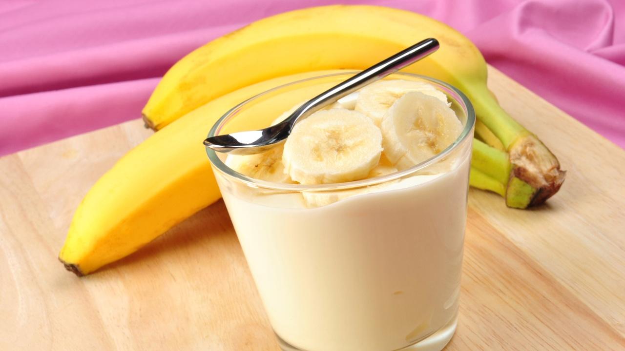 prevenir-enfermedades-estomacales-yogurt-platano.jpg