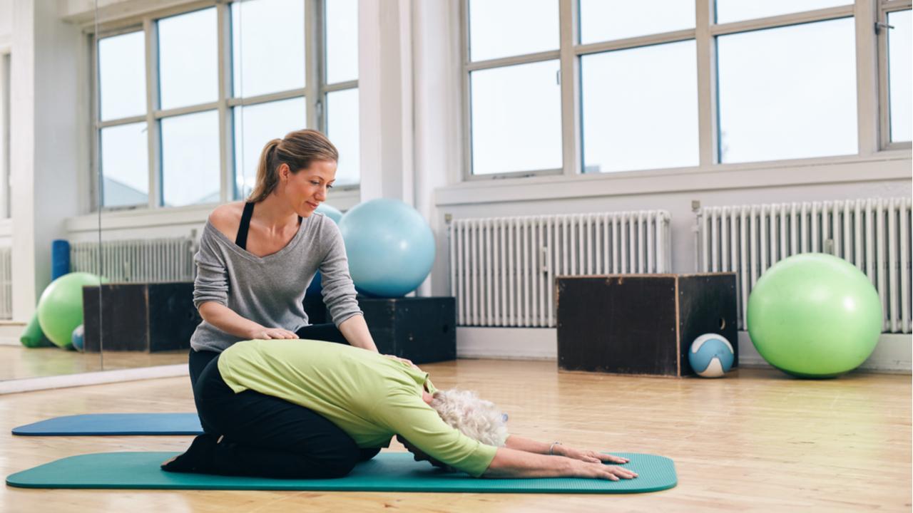 mujer mayor haciendo yoga