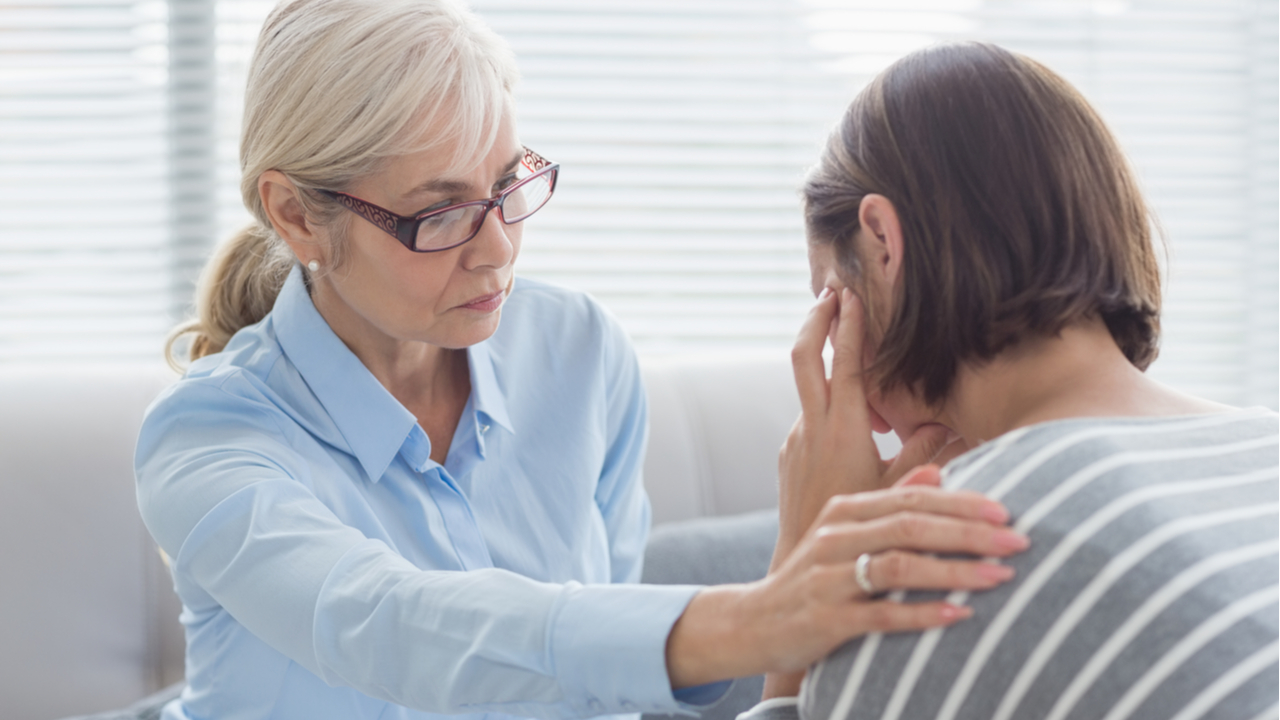 terapeuta mayor con paciente