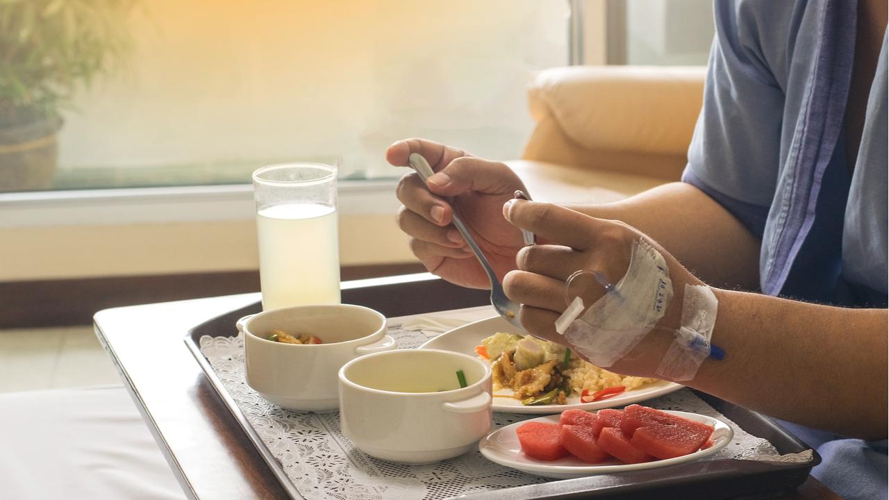 paciente tomando desayuno en clinica