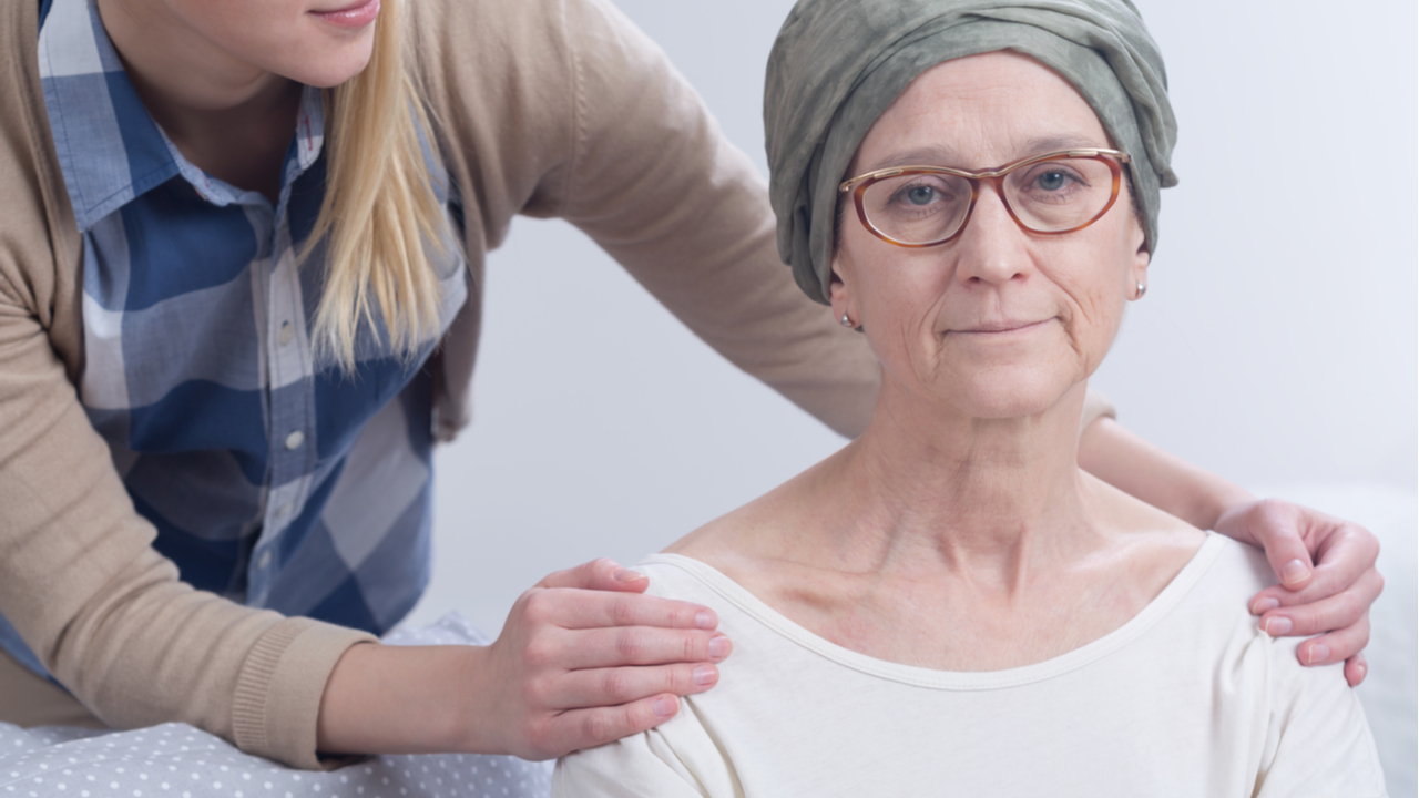 mujer con cancer recibiendo apoyo de familia