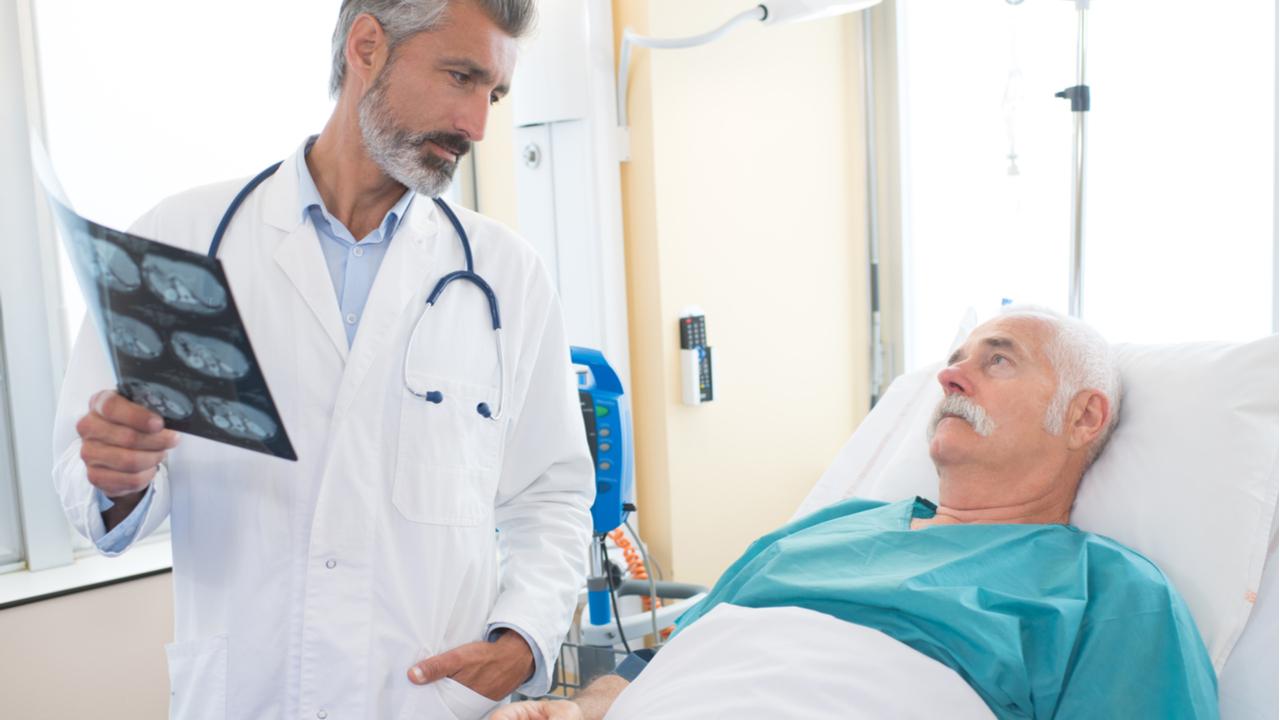 hombre mayor con doctor en hospital