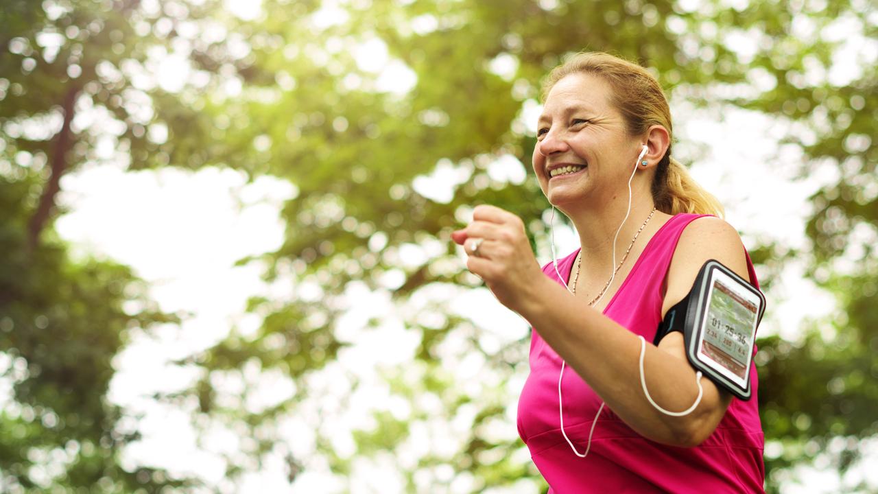 mujer adulta corriendo feliz