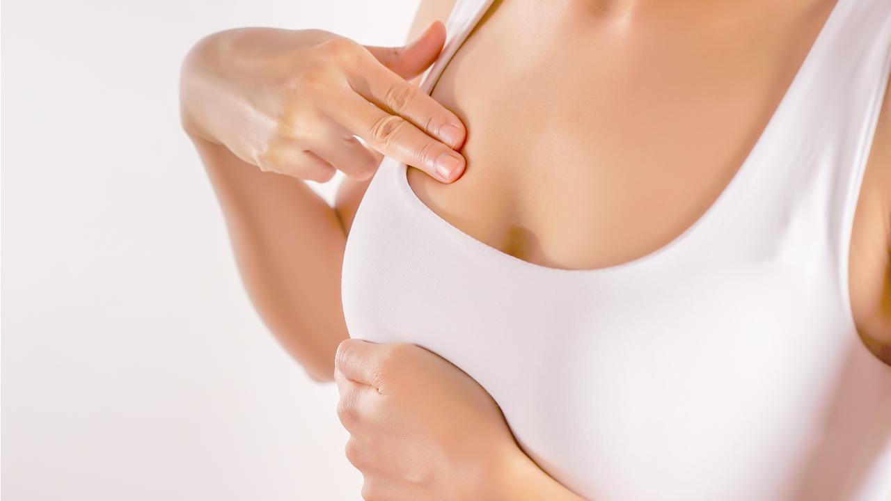 Mujer examinándose los senos