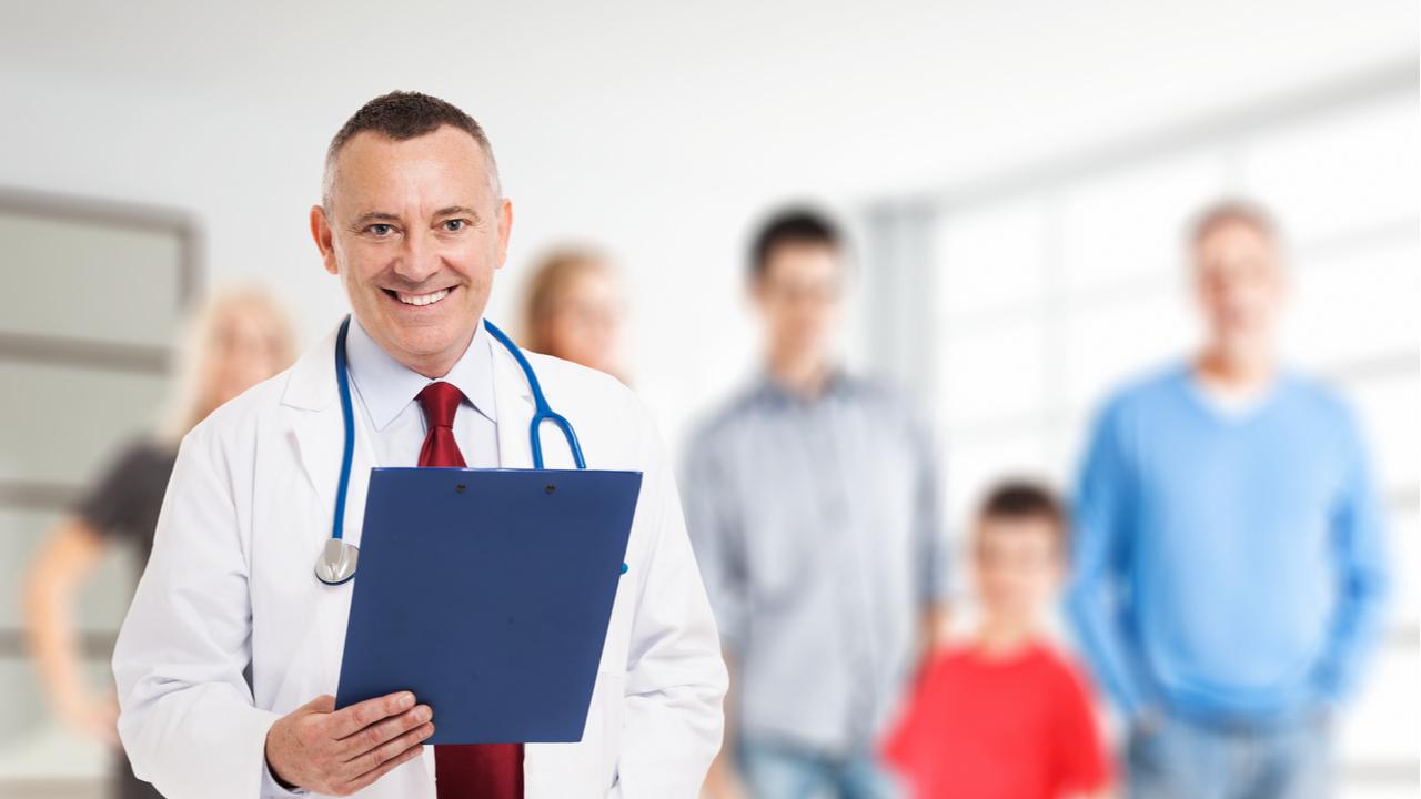 doctor sonriendo frente a camara
