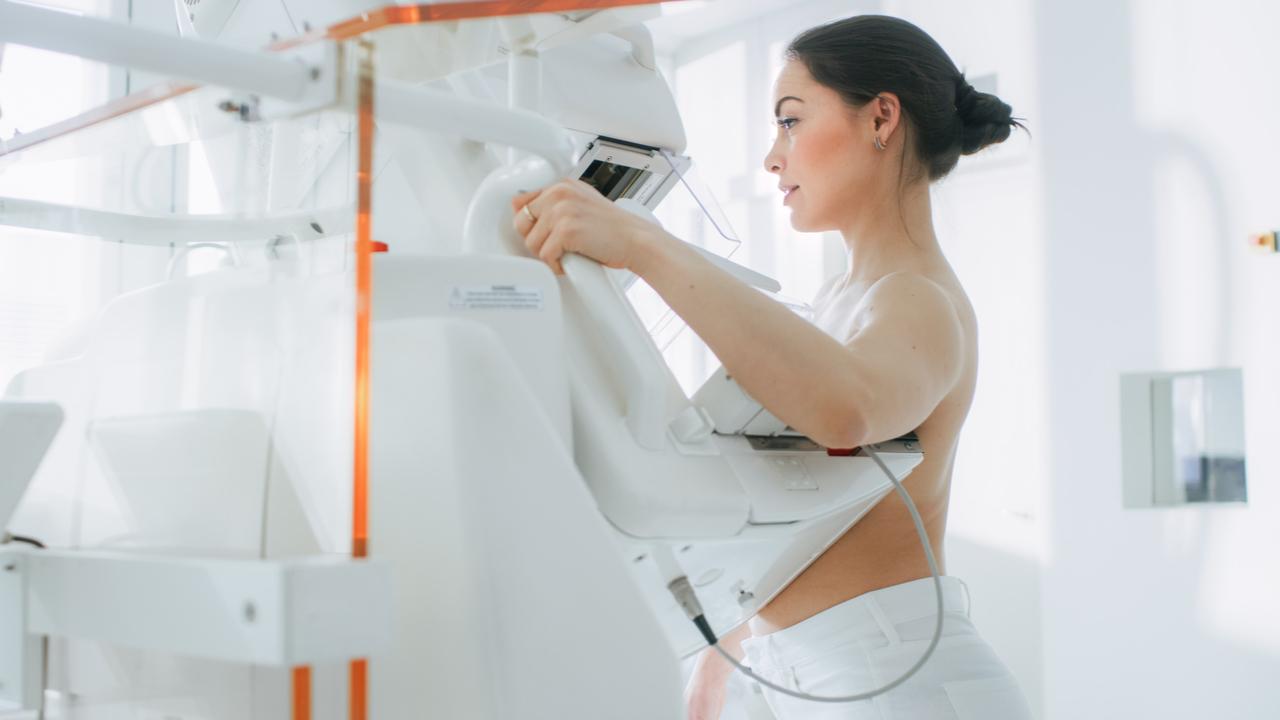 mujer haciendo examen de cuerpo