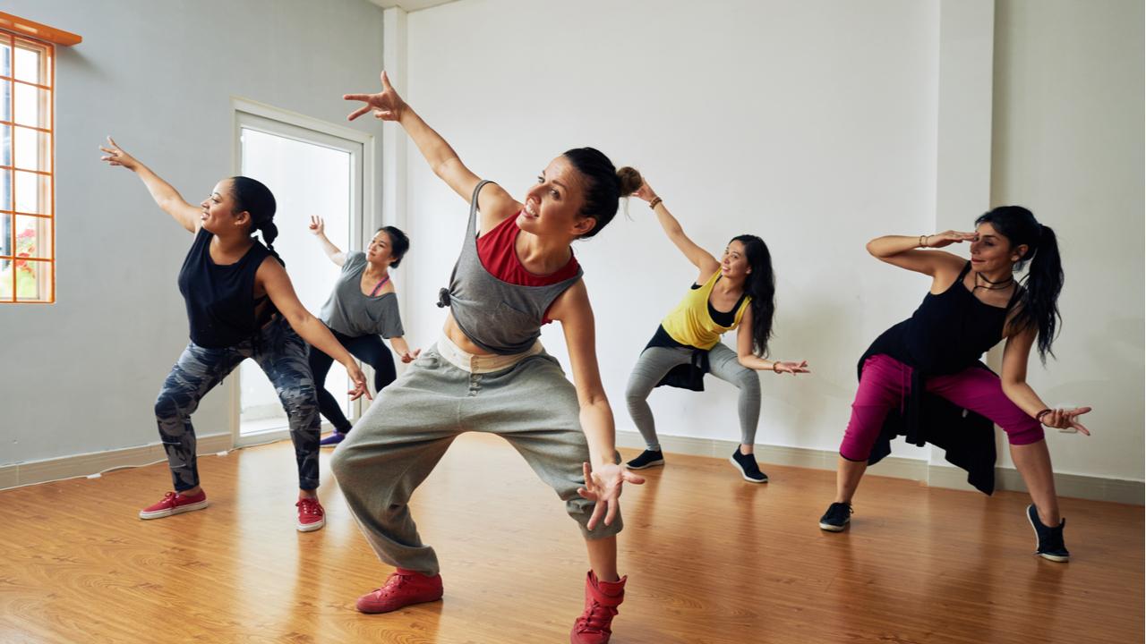mujeres practicando hip hop