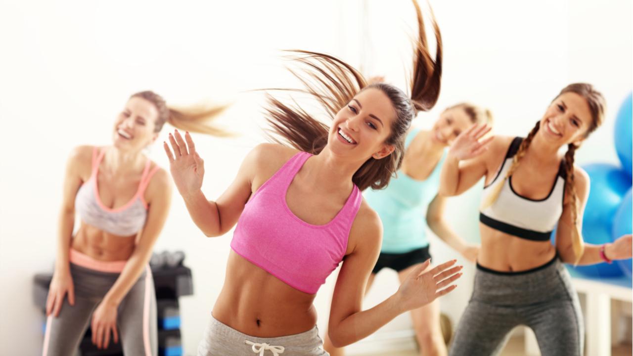 mujeres haciendo aeróbicos