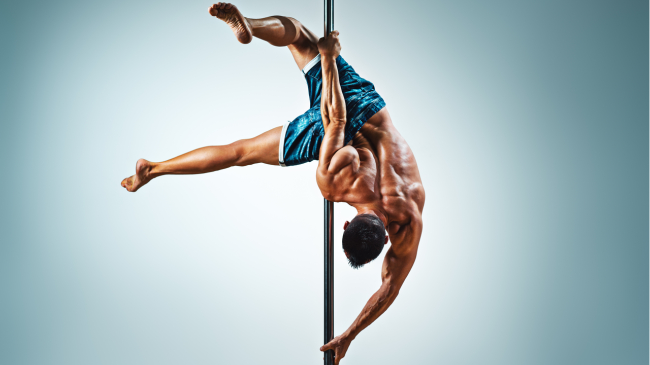 hombres practicando pole dance