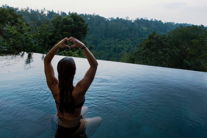 mujer que se relaja en naturaleza, mujer meditando en un lago,